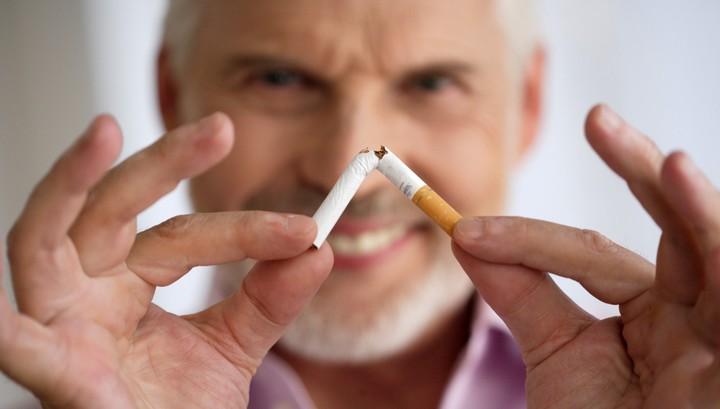 При отказе от сигарет даже в возрасте 60+ риск смерти у курящих людей заметно снижается.