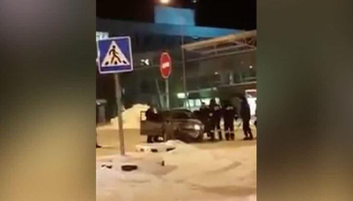 Легковой автомобиль протаранил зал ожидания аэропорта в Казани