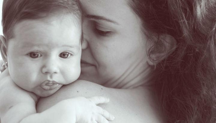 Российские ученые выяснили, почему матери носят малышей у сердца