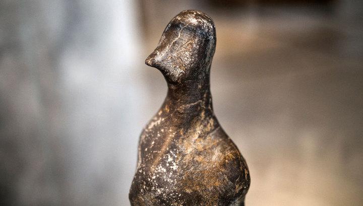 """Изящный """"птичий"""" верх гранитной фигурки эпохи неолита. Фото: Alkis Konstantinidis / REUTERS"""