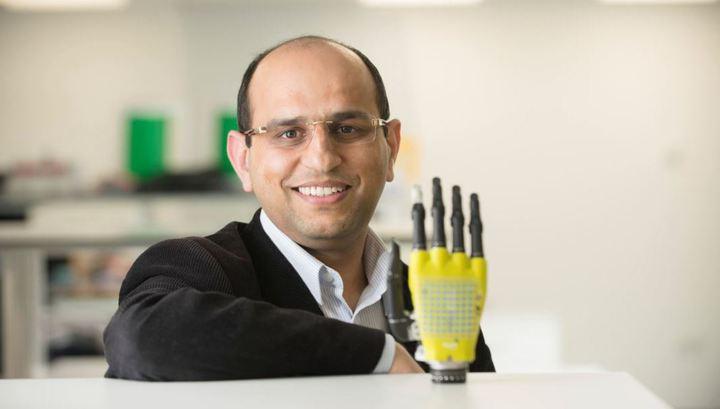 Равиндер Дахия с прототипом искусственной кожи для протезов и роботов, которая питается от энергии солнца.