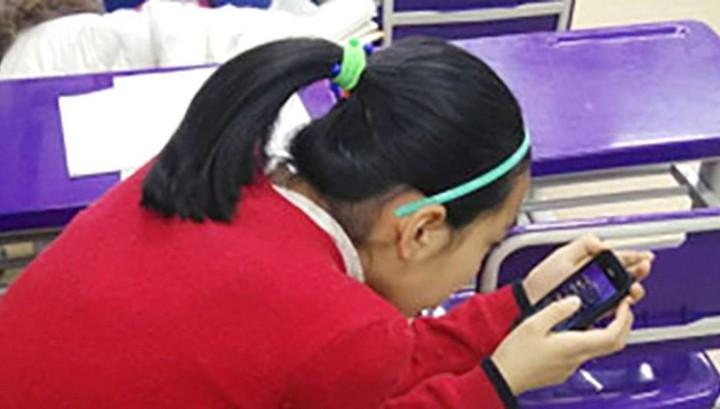 Китайская школьница заработала искривление шеи из-за смартфона