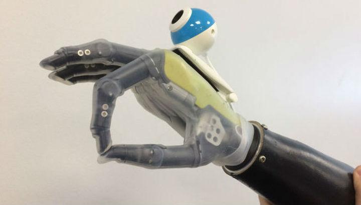 """Бионическая рука, способная """"видеть"""" предметы."""