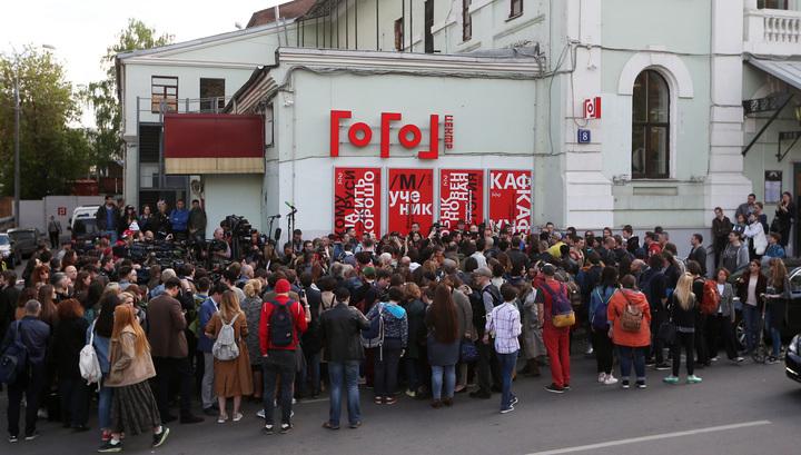 """""""Гоголь-центр"""": обыск завершен, коллеги выражают поддержку Серебренникову"""