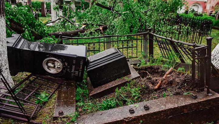 Московский ураган разрушил несколько надгробий в Донском монастыре