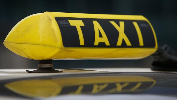 Сломал нос и ногу: таксист напал на девушку