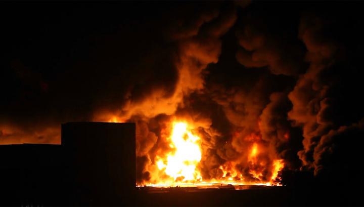 В Комсомольске-на-Амуре горит склад с техникой и газовыми баллонами