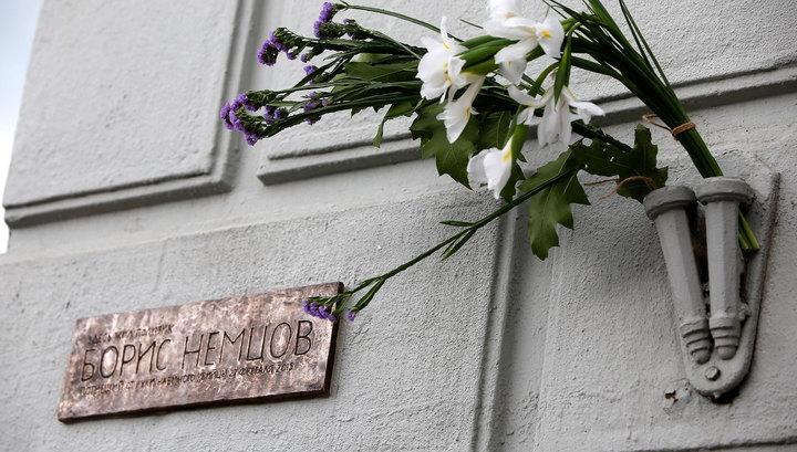Мемориальная доска Немцову провисела лишь 5 дней
