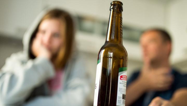 Геи спортсмены пьют пиво на природе
