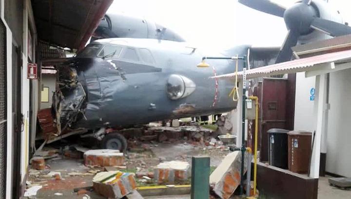 Перуанский военный самолет врезался в здание полицейского участка