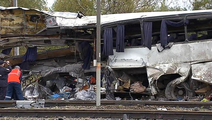 Поезд протаранил заглохший автобус: видео с места аварии