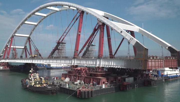 Вторую арку Крымского моста начали поднимать на опоры