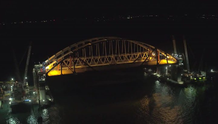 Автодорожную арку Крымского моста устанавливают третий день
