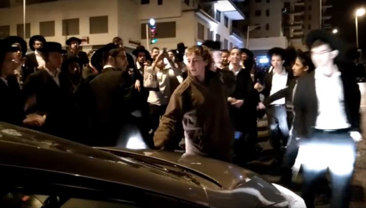 Девушка-солдат разогнала толпу евреев-ортодоксов ногами. Видео