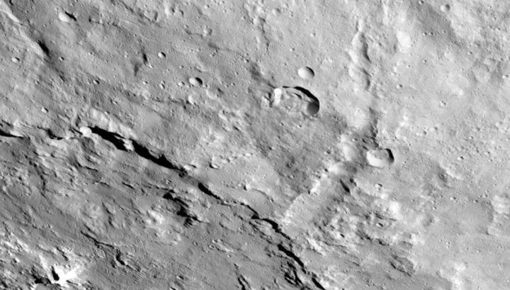 Поверхность астероида суха, но под ней скрывается много льда.