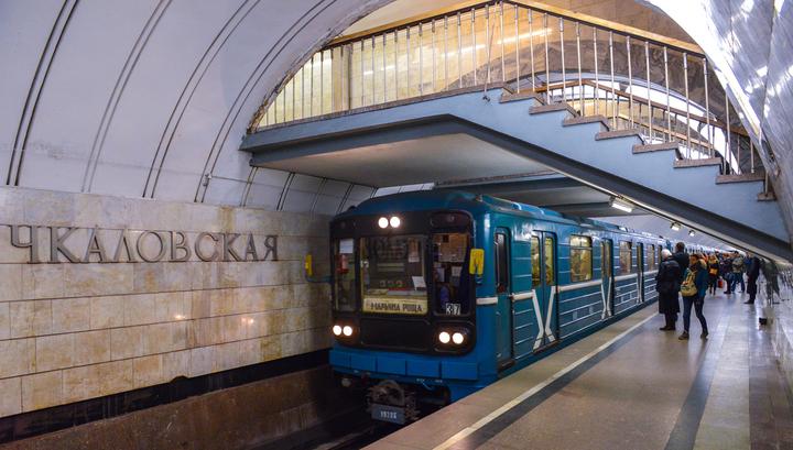 Толстой девушки в юбках в поезде метро видео девушки