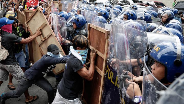Протестующих против визита Трампа на Филиппины разогнали водометами