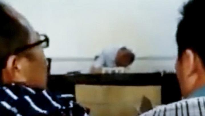 Судья под мухой уснул прямо во время заседания. Видео