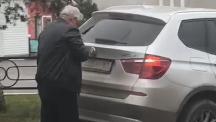 Появилось видео, как пьяный ростовский судья скручивает номера после ДТП