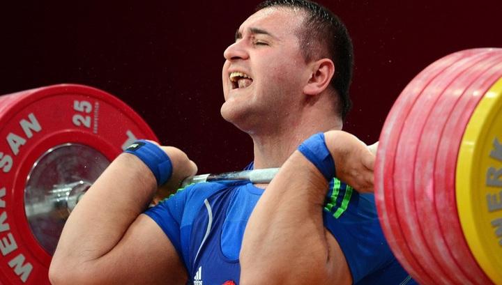 Российского штангиста Албегова отстранили от выступлений из-за допинга
