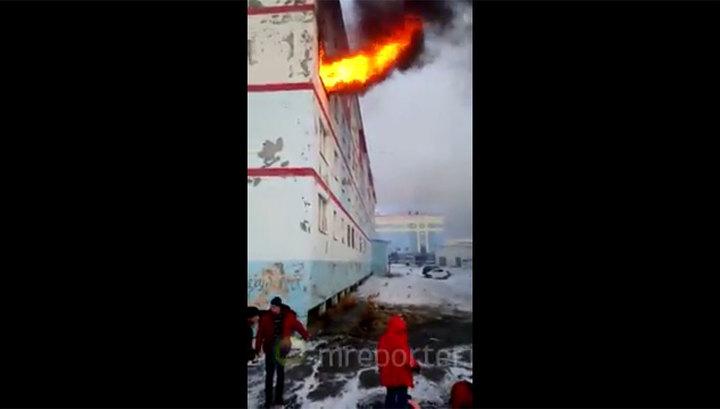 Очевидцы на Чукотке предпочли снять пожар на видео, не вызвав пожарных
