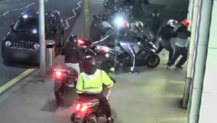 Банда скутеристов ограбила магазин Apple в Лондоне