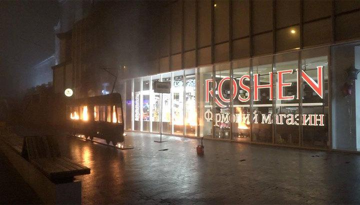 Гологрудая активистка подожгла трамвай у магазина