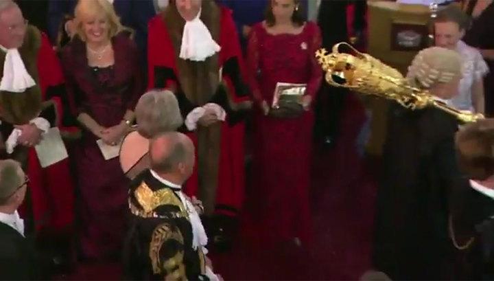 Тереза Мэй чуть не получила по голове церемониальной булавой. Видео