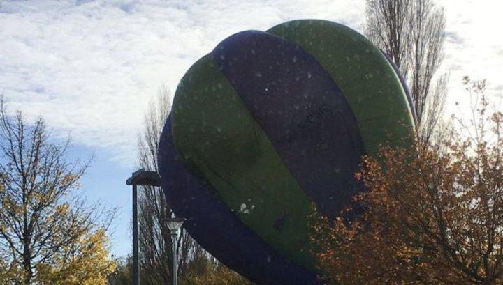 На парковку в Кембридже с неба рухнул пустой воздушный шар