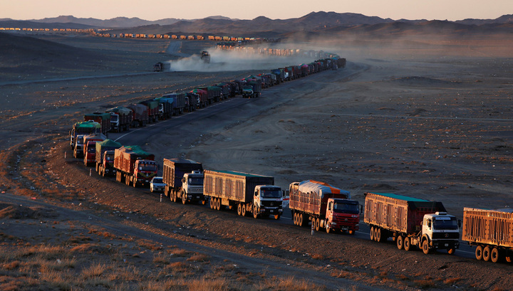 Пустыня Гоби встала в глухой пробке из грузовиков
