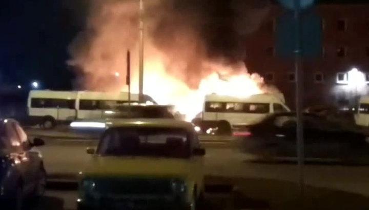 Ночью на одном из авторынков Петербурга сгорели 8 микроавтобусов