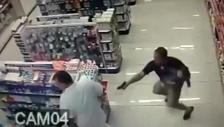 Полицейский вступил в перестрелку с грабителями, держа ребенка на руках. Видео