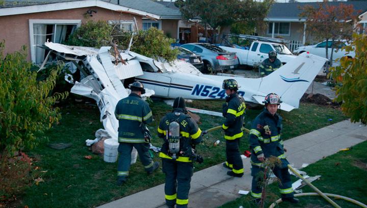 Легкомоторный самолет упал на жилой дом в Калифорнии