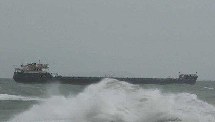Шторм сорвал российское судно с двух якорей и несет к берегу Турции. Видео