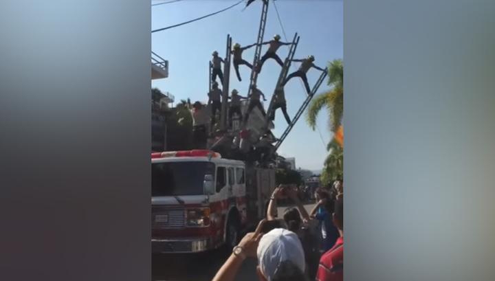 Пирамида из пожарных рухнула во время праздничного парада. Видео
