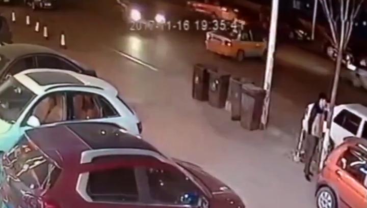 Китаец избежал смерти дважды за считанные мгновения. Видео