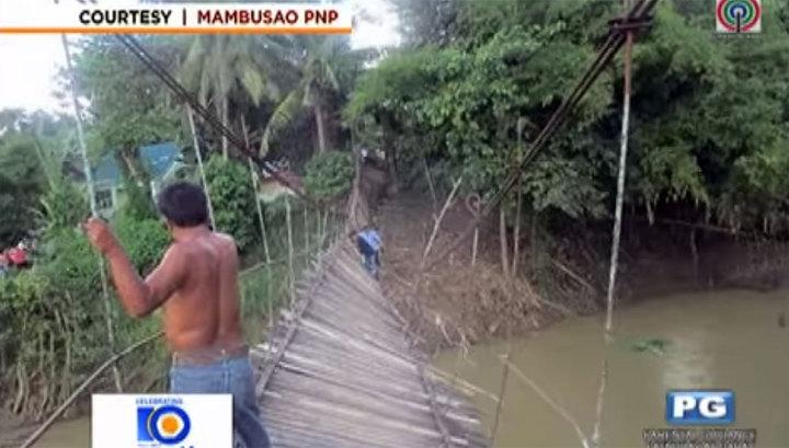 Двадцать гостей свадьбы упали в реку с подвесного моста