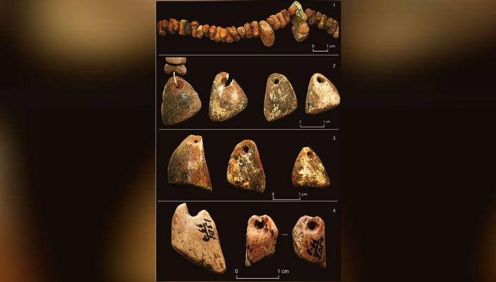 Украшения из кости, найденные в погребении детей (1-3) и в культурном слое (4).
