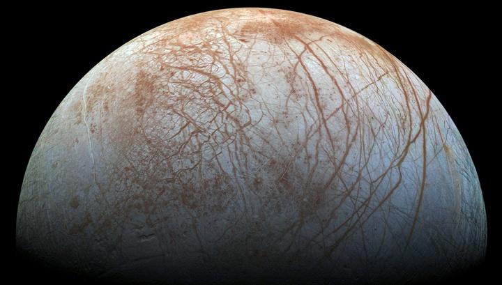 Спутник Юпитера Европа покрыт ледяным панцирем.