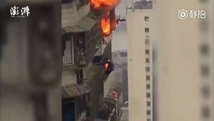 Китаец спасался от пожара за окном 27-го этажа. Видео