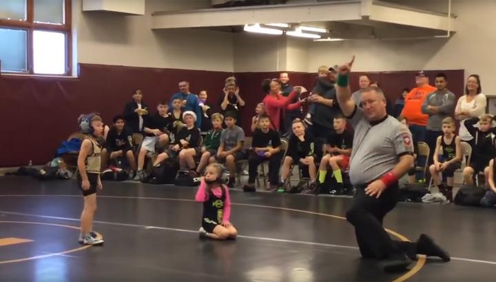 Малыш попытался спасти сестру от ее соперника по борцовскому поединку. Видео