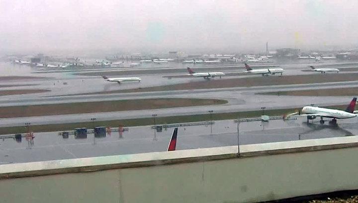 В Хьюстоне из-за непогоды отменено более 900 авиарейсов