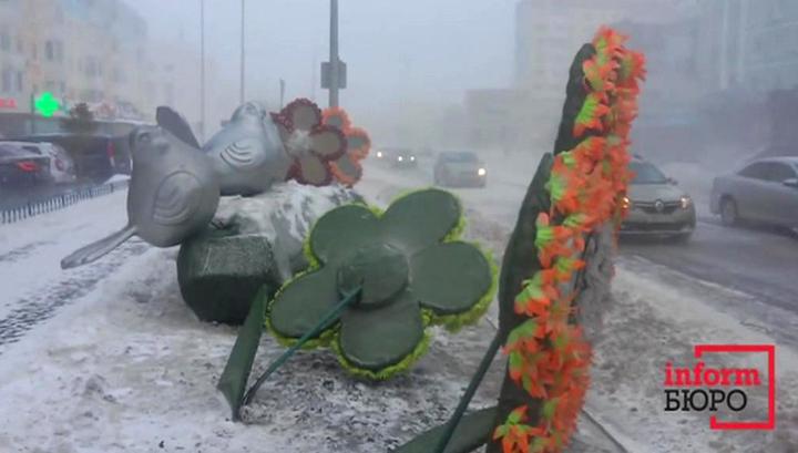 В снежный буран в Казахстане опрокинулся автобус