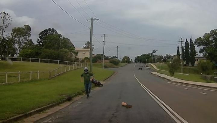Австралийский скутерист-инвалид потерял протез ноги во время поездки
