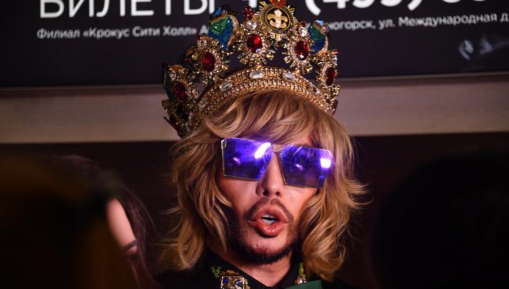 Стилист Зверев пришел на суд в короне