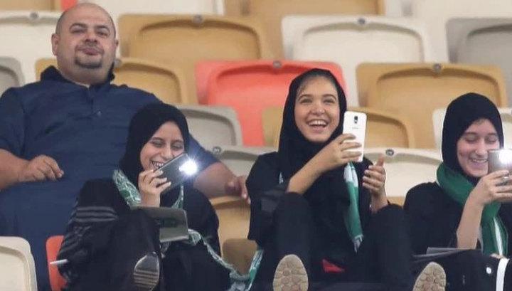 В Саудовской Аравии на футбольный матч впервые пришли женщины