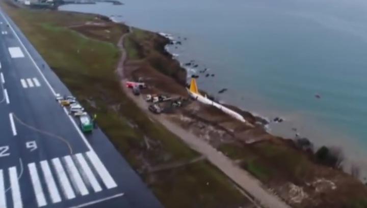 Самолет со 162 пассажирами повис на обрыве в Турции. Видео