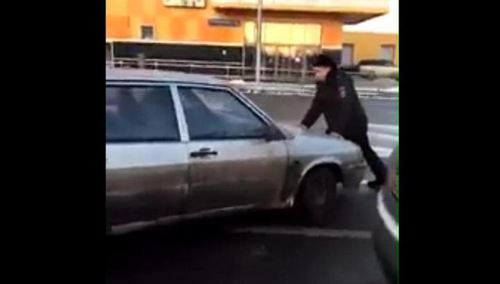 Водитель прокатил на капоте попросившего у него права столичного полицейского