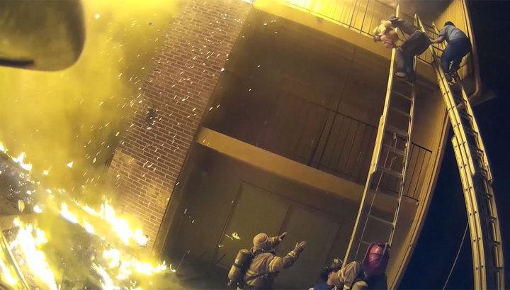 Пожарный поймал ребенка, сброшенного с третьего этажа. Видео