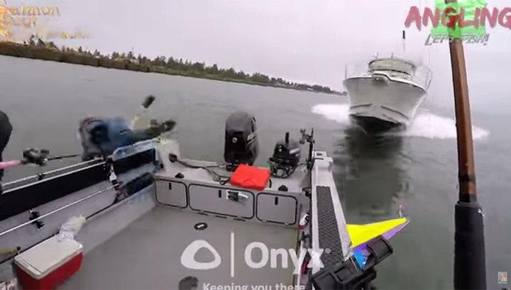 Рыбаки успели спрыгнуть в ледяную воду за секунду до столкновения с катером. Видео